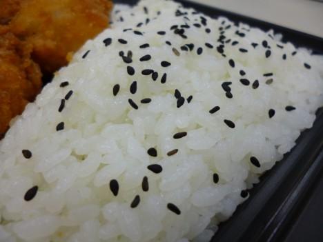ファミリーマート-唐揚弁当-ごはん-ごま
