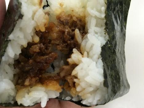 セブンイレブン-金のおむすび「神戸牛」-中身の具
